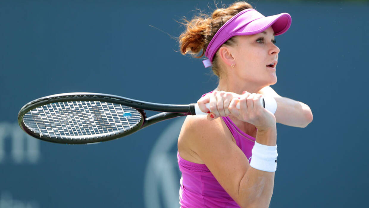 epa06146232 Agnieszka Radwanska of Poland in action against Julia Goerges of Germany during the first round of the Western and Southern Open at the Lindner Family Tennis Center in Mason Ohio, USA 15 August 2017. EPA/MARK LYONS WESTERN AND SOUTHERN OPEN  Archiwum PAP/EPA/MARK LYONS
