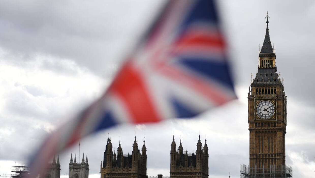 The Britih Union flag is pictured in front of parliament in London, Britain, 11 September 2017. Pro-EU protesters campaigned against the government's EU Withdrawal Bill as British Parliament resume debate on European Union withdrawal bill and is set to vote on it on 11 September. EPA/ANDY RAIN Fot. EPA/ANDY RAIN