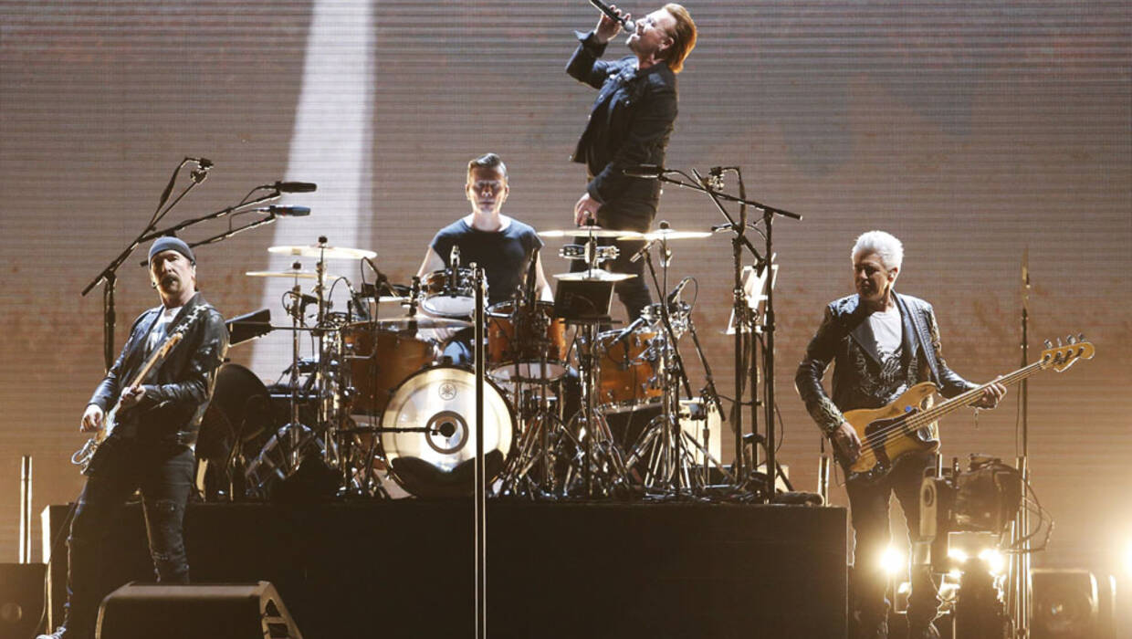 epa06266498 The Irish rock band U2 performs on stage at the National Stadium in Santiago de Chile, Chile, 14 October 2017. The concert is part of The Joshua Tree Tour 2017, which commemorates the 30th anniversary of the launch of their album, The Joshua Tree. EPA/ELVIS GONZALEZ Dostawca: PAP/EPA. Archiwum PAP/EPA © 2017 / ELVIS GONZALEZ