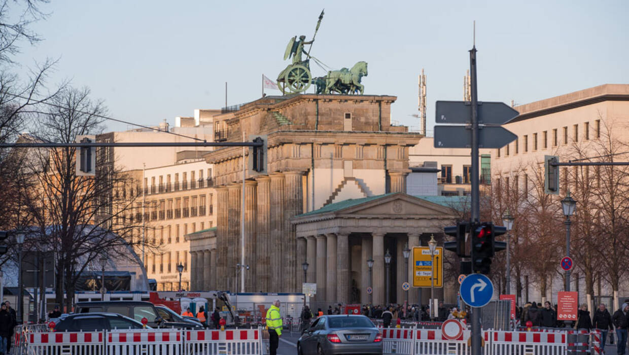 epa06409230 Police cordon off the area in preparation for New Year Eve's celebrations at the Brandenburg Gate in Berlin, Germany, 29 December 2017. Hundreds of thousands of people are expected to attend Germany's biggest New Year's Eve party. Security measures are also expected to be high with many police units deployed along the stretch of party area along Berlin's June 17 street.  PAP/EPA/HAYOUNG JEON