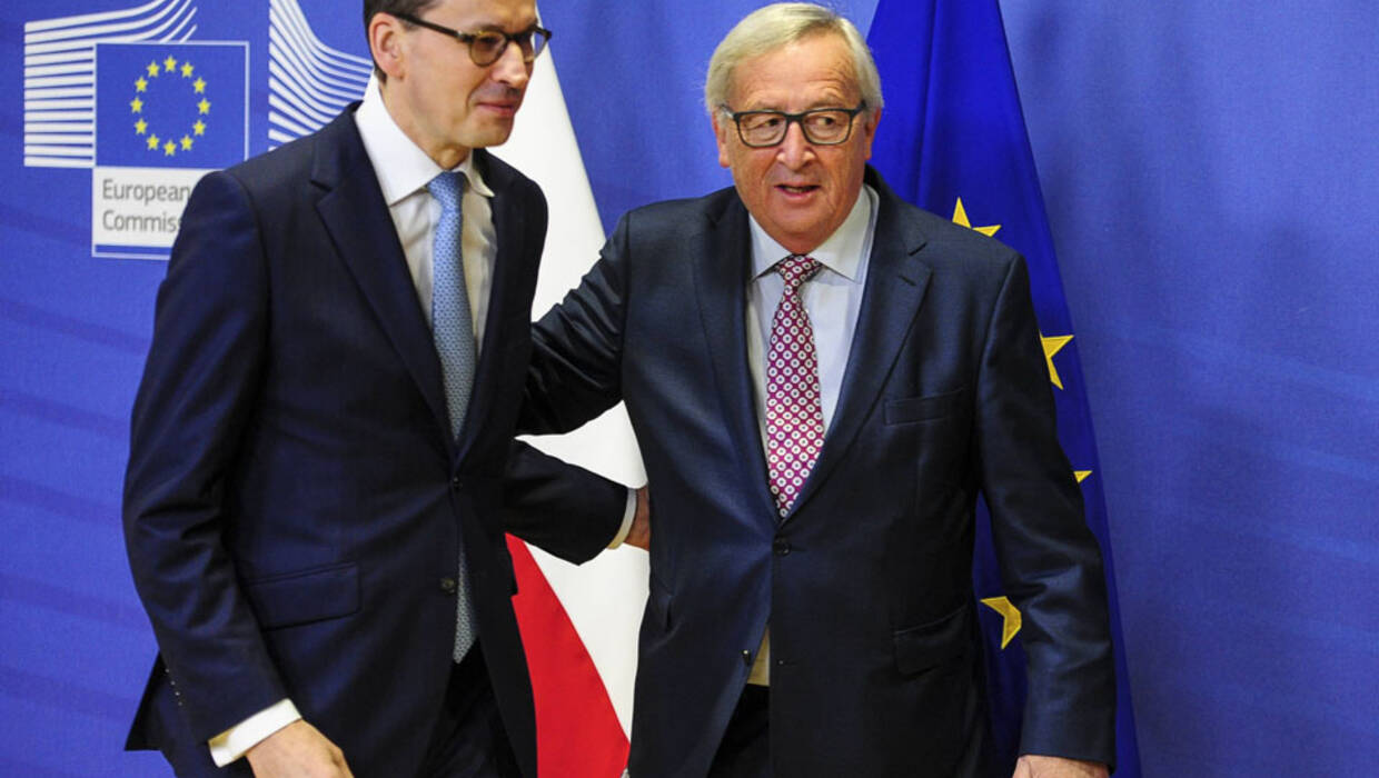 Jean-Claude Juncker (R), the president of the European Commission welcomes Polish Prime Minister Mateusz Morawiecki (L) prior to the bilateral meeting at European Commission headquarters in Brussels, Belgium on 09.01.2018. Fot. PAP/Wiktor Dąbkowski