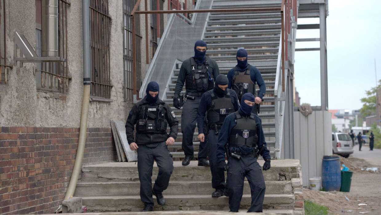 epa04943180 Members of a German special police force leave a building on the compund of the Islamic Community Ibrahim Al Khalil-Mosque, in Berlin, Germany, 22 September 2015. German police on 22 September morning raided a Mosque Association and several apartments linked to the Ibrahim Al Khalil Mosque for alleged supporters of Islamist militants in Syria.  EPA/PAUL ZINKEN  Dostawca: PAP/EPA. PAP/EPA © 2015 / PAUL ZINKEN