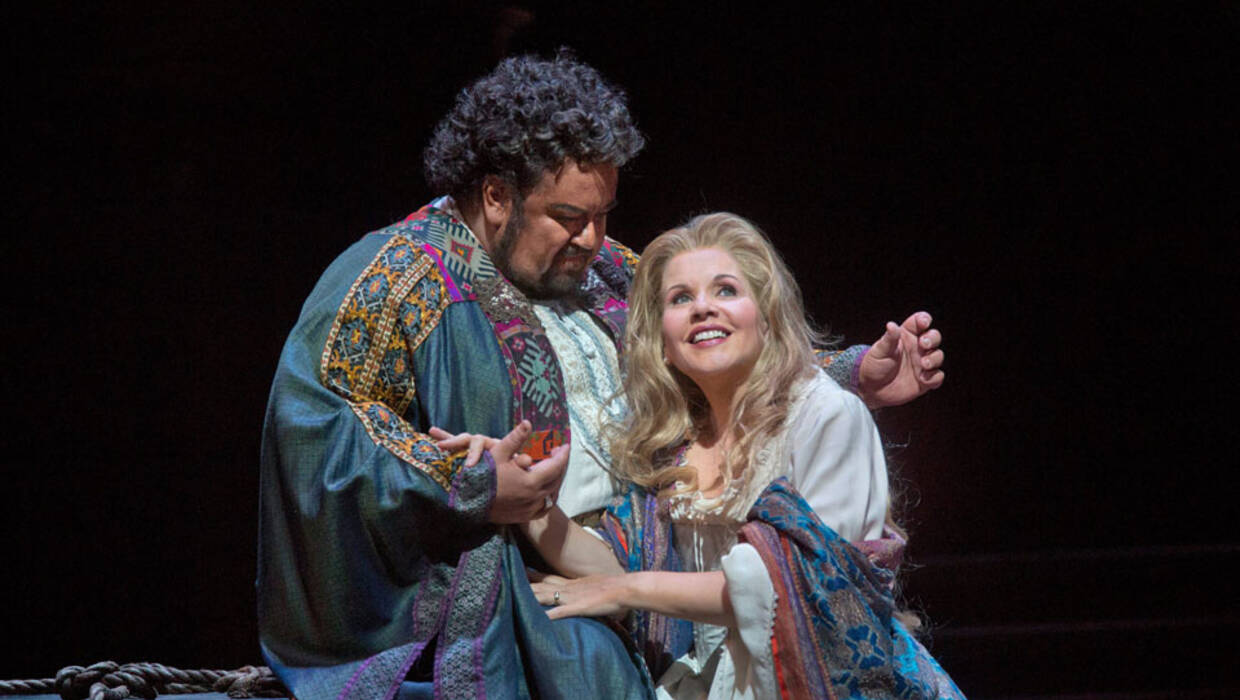epa03449279 A handout image dated 02 October 2012 and made available by Metropolitan Opera 27 October 2012 showing Johan Botha (L) and Renee Fleming performing in Verdi's 'Othello' at the Metropolitan Opera in New York, New York, USA. The Met is live streaming their 27 October 2012 performance of 'Othello' in high definition to movie theaters around the United States and Canada.  EPA/KEN HOWARD / HANDOUT  HANDOUT EDITORIAL USE ONLY/NO SALES/NO ARCHIVES  Dostawca: PAP/EPA. PAP/EPA © 2015 / KEN HOWARD / HANDOUT