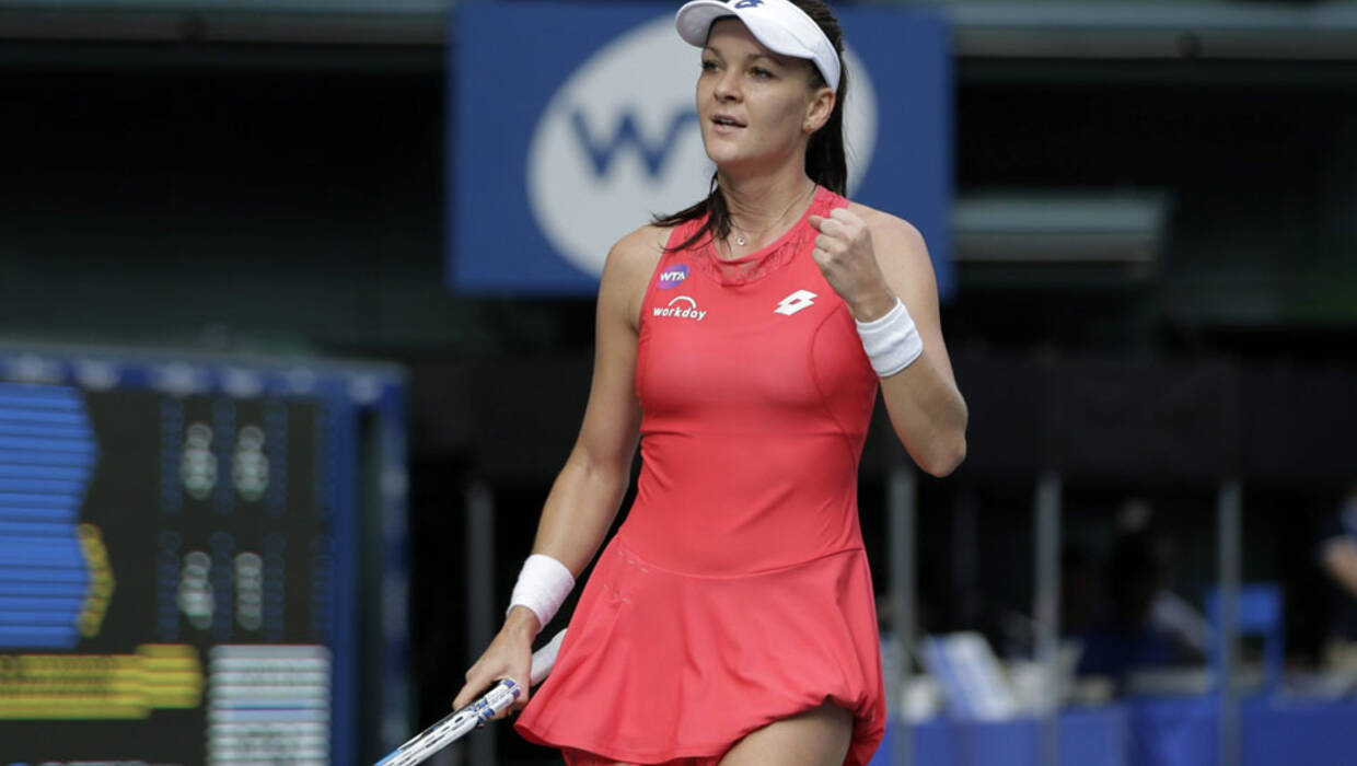 epa04950129 Agnieszka Radwanska of Poland celebrates as she beats Dominika Cibulkova of Slovakia in the women's singles semifinal match of the Pan Pacific Open tennis tournament in Tokyo, Japan, 26 September 2015.  EPA/KIYOSHI OTA  Dostawca: PAP/EPA. PAP/EPA © 2015 / KIYOSHI OTA