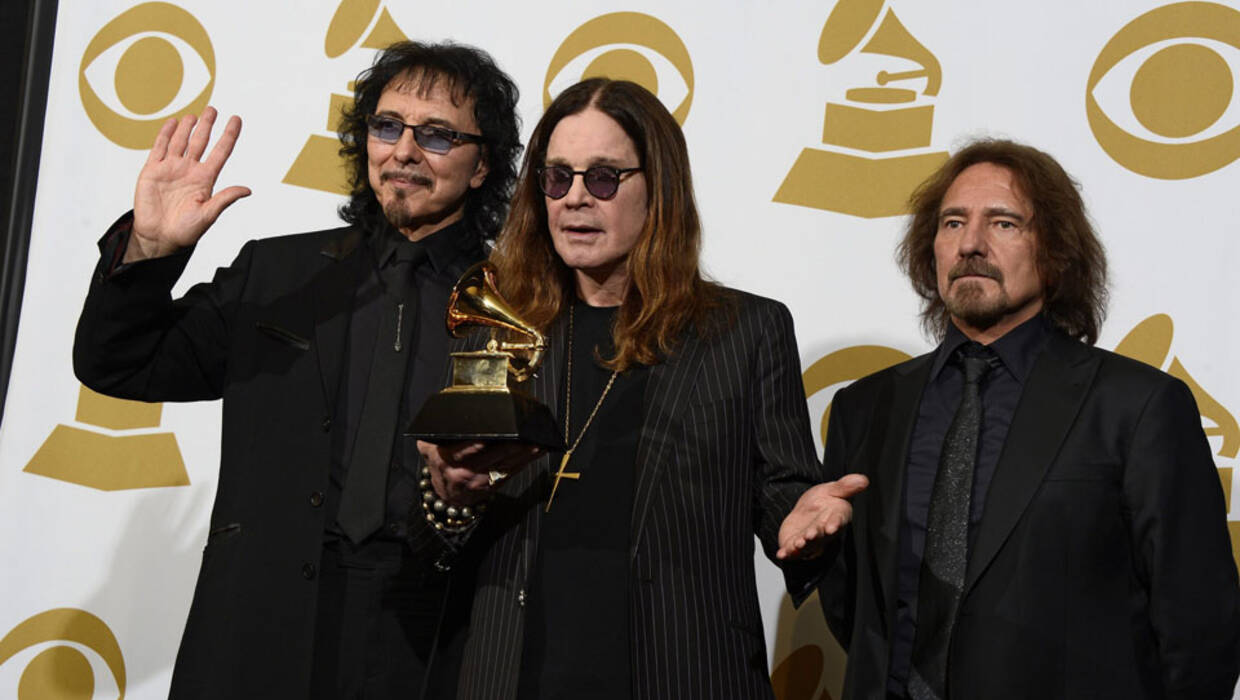 epa04043822 British singer Ozzy Osbourne (C), guitarist Tony Iommi (L) and bassist Geezer Butler (R) of Black Sabbath hold up award for 'Best Metal Performance' at the 56th annual Grammy Awards held at the Staples Center in Los Angeles, California, USA, 26 January 2014.  EPA/PAUL BUCK  Dostawca: PAP/EPA. PAP/EPA © 2015 / PAUL BUCK