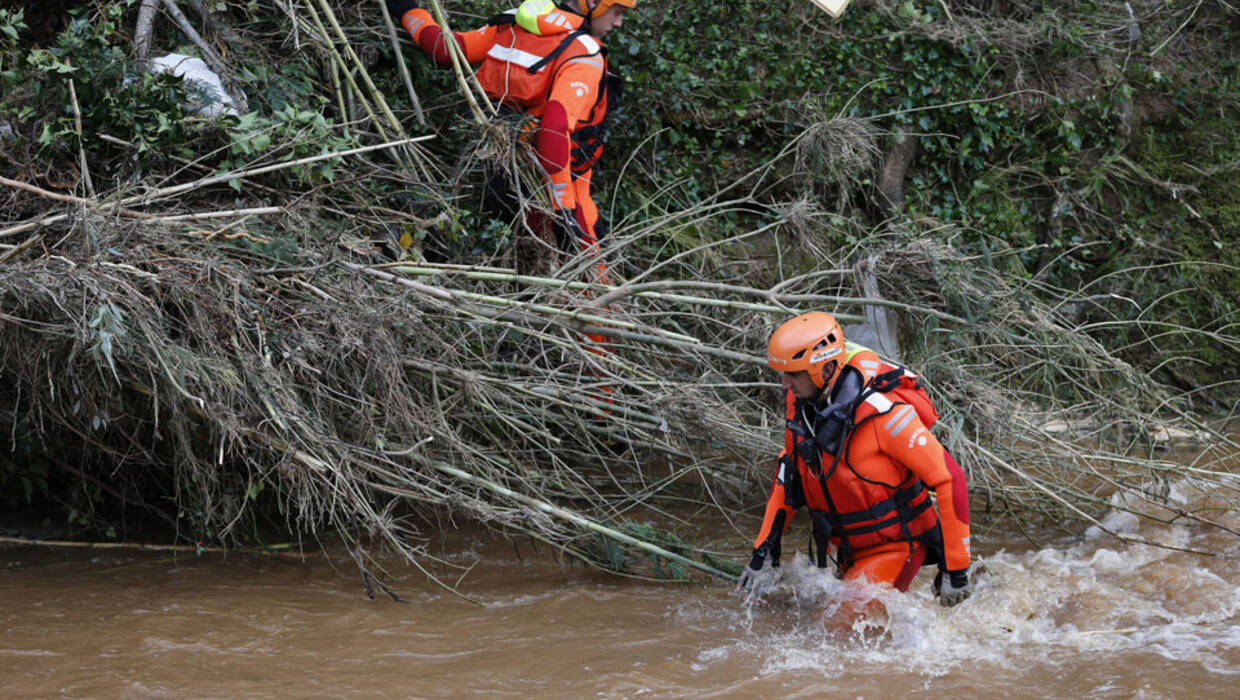epa04507060 French firefighter divers search for a missing person near a river flooded after rains in La Londe Les Maures, near Hyeres, Southern France, 28 November 2014. Flash floods in the south of France have caused damages with two people reported killed and two more still missing.  EPA/SEBASTIEN NOGIER  Dostawca: PAP/EPA. PAP/EPA © 2015 / SEBASTIEN NOGIER