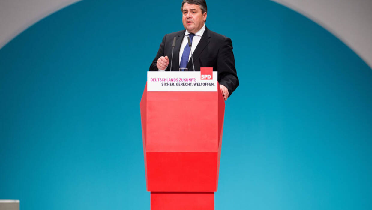 epa05064654 German Minister for Economy Sigmar Gabriel ( SPD) speaking at the Federal Party Conference of the Social Democratic Party of Germany (SPD) in Berlin, Germany, 11 December 2015. Around 600 delegates from all over Germany are meeting in the three day event running until 12 December 2015 in the Berliner Messe.  EPA/MICHAEL KAPPELER  Dostawca: PAP/EPA. PAP/EPA © 2015 / MICHAEL KAPPELER
