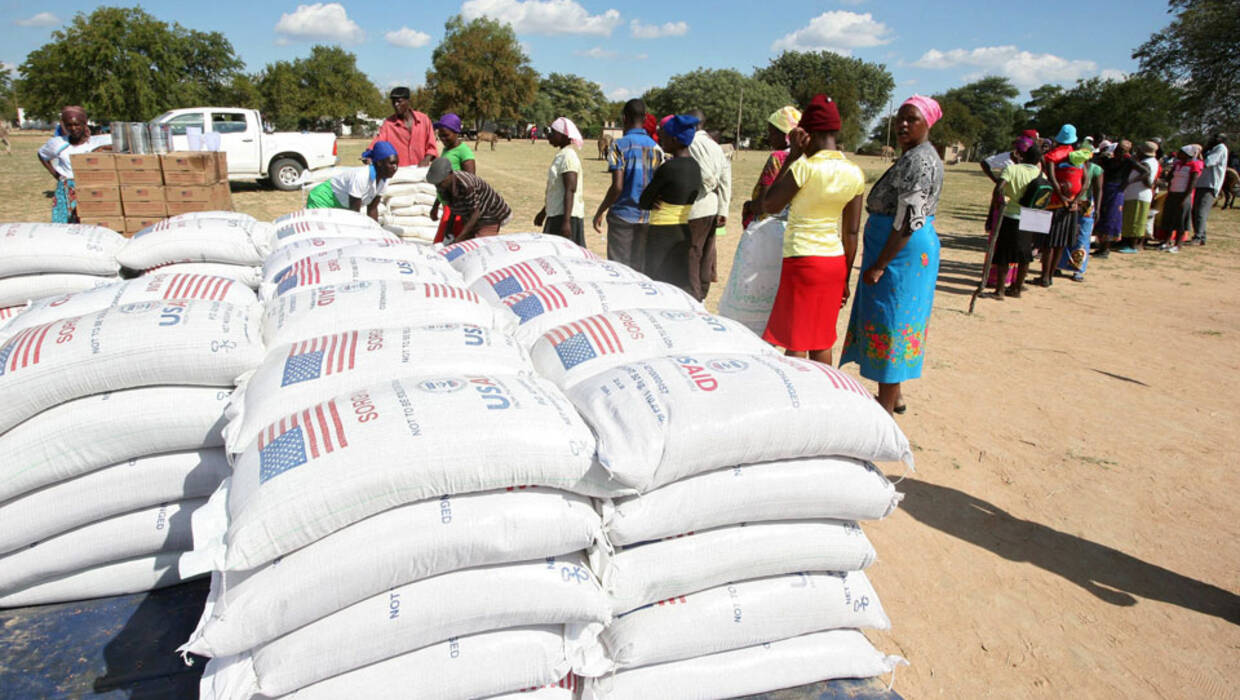 epa05342719 Villagers wait in queue of maize meal during a food distribution in Mwenezi, Zimbabwe, 02 June 2016. The World Food Programme (WFP), the UN Food and Agriculture Organization (FAO) and the government of Zimbabwe distributed food in a bid to reduce the impact of climate-related disasters. Zimbabwe is currently hit by a draught that has left over 2.4 million people in need of food aid. President Robert Mugabe had declared a state of disaster following crop failures and the death of thousands of livestock.  EPA/AARON UFUMELI  Dostawca: PAP/EPA. PAP/EPA © 2016 / AARON UFUMELI