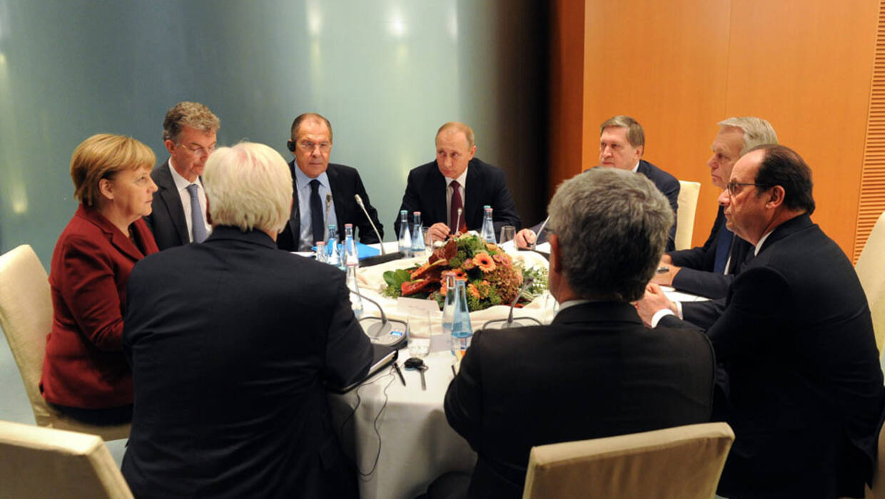 epa05592929 Russian President Vladimir Putin (C) with Russian Foreign Minister Sergei Lavrov (C-L) and Russian Presidential Aide Yury Ushakov (C-R), German Chancellor Angela Merkel (L)  and French President Francois Hollande (R) attend a meeting at the German Federal Chancellery in Berlin, Germany, early 20 October 2016. Leaders of Germany, France and Russia meet to discuss situation in Syria after so-called Normandy format summit on Ukrainian conflict settlement.  EPA/MICHAEL KLIMENTYEV / SPUTNIK / KREMLIN POOL MANDATORY CREDIT  Dostawca: PAP/EPA. PAP/EPA © 2016 / MICHAEL KLIMENTYEV / SPUTNIK / K