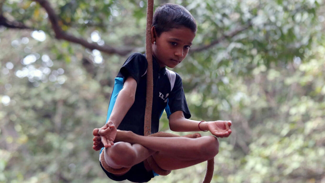 Indian School children perform a rope yoga on the eve of children's day celebration at cubbon park, in Bangalore, India, 13 November 2016. EPA/JAGADEESH NV Archiwum Fot. PAP/EPA