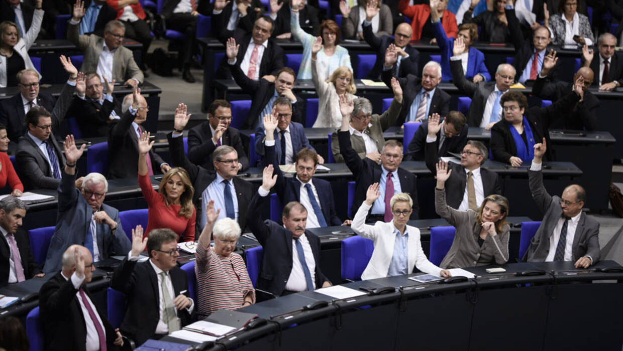 Members of the Parliamentary Group of the Christian Democrats (CDU) vote against a change of the order of the day at the German Parliament in Berlin, Germany, 30 June 2017. For the vote on legalizing same-sex marriage, in first place, the order of the day had to be changed. A majority in the German Parliament voted for the change of the order of the day. A majority during the nominal vote on legalizing same-sex marriages can be expected.  EPA/CLEMENS BILAN  Dostawca: PAP/EPA. PAP/EPA © 2017 / CLEMENS BILAN