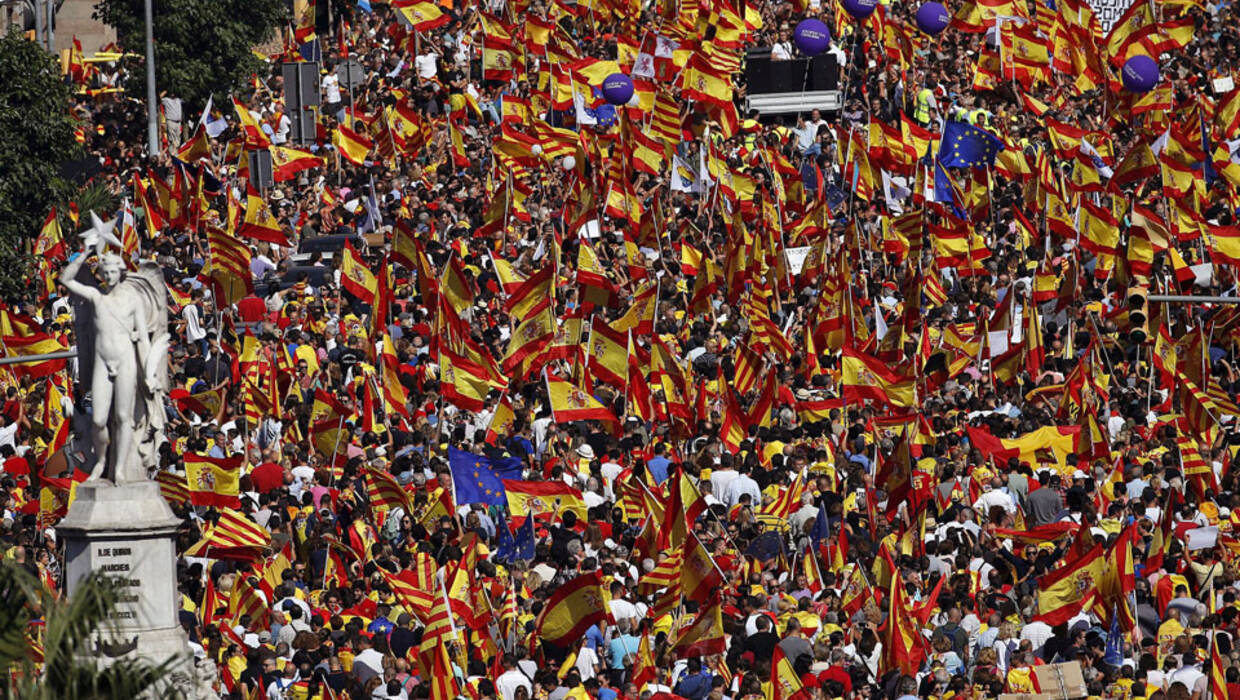 epa06252410 People with Spanish and Catalan flags gather for a rally called by the 'Societat Civil Catalana' (Civil Catalan Society) in downtown Barcelona, Spain, 08 October 2017, to support the unity of Spain and its Constitution after the Catalan Independence Referendum held on 01 October which they claim was illegal.  EPA/ALBERTO ESTEVEZ  Dostawca: PAP/EPA. PAP/EPA © 2017 / ALBERTO ESTEVEZ