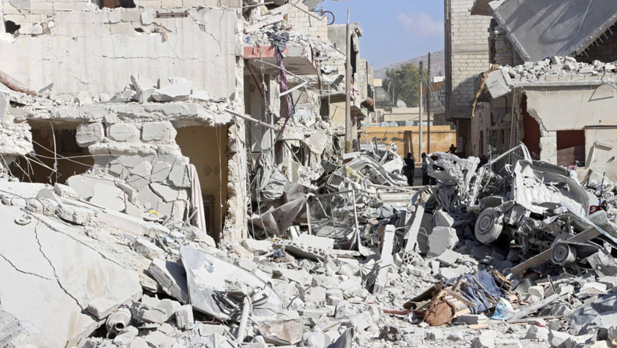 epa06236410 A general view over rubble after an airstrike in Armanaz, a rural area of Idlib Province, northern Syria, 30 September 2017. Local sources stated at least 33 people were killed in an airstrike conducted by yet undetermined forces.  EPA/STR  Dostawca: PAP/EPA. PAP/EPA © 2017 / STR