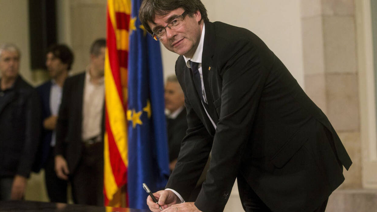 Catalonian President Carles Puigdemont signs the document which proclaim the Catalonian Republic as an independent state, after his appearance at the Parliament of Catalonia in Barcelona, Spain, 10 October 2017. Puigdemont has proposed to suspend Catalonia's declaration of independence for few weeks to hold talks with Spanish government.  EPA/QUIQUE GARCIA  Dostawca: PAP/EPA. PAP/EPA © 2017 / QUIQUE GARCIA