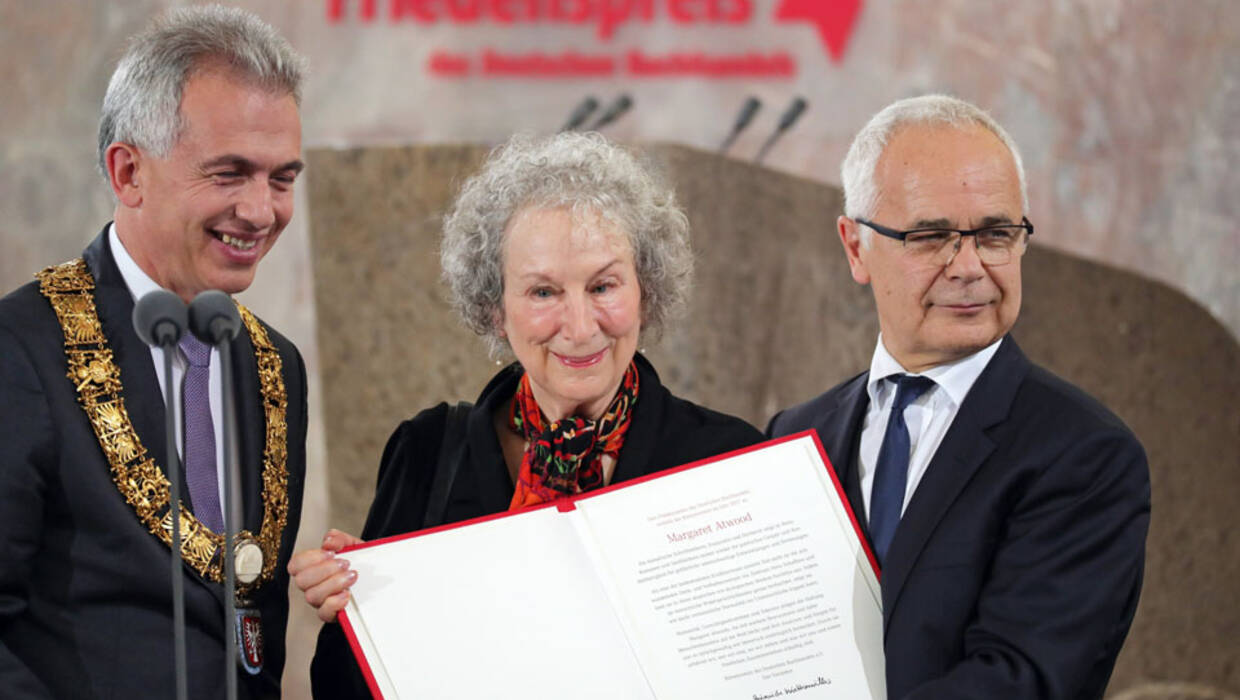 epa06266909 Canadian writer Margaret Atwood (C) smiles with her  Peace Prize of the German Book Trade between Heinrich Riethmueller (R), chair of the German Publishers and Booksellers Association, and Frankfurt Mayopr Peter Feldmann (L) during the awarding ceremony of the Peace Prize of the German Book Trade in Frankfurt Main, Germany, 15 October 2017. Atwood is awarded with the Peace Prize of the German Book Trade by the German Publishers and Booksellers Association (Boersenverein des Deutschen Buchhandels) on the sidelines of the Frankfurt Book Fair.  EPA/ARMANDO BABANI  EPA-EFE/ARMANDO BABANI  Dostawca: PAP/EPA. PAP/EPA © 2017 / ARMANDO BABANI