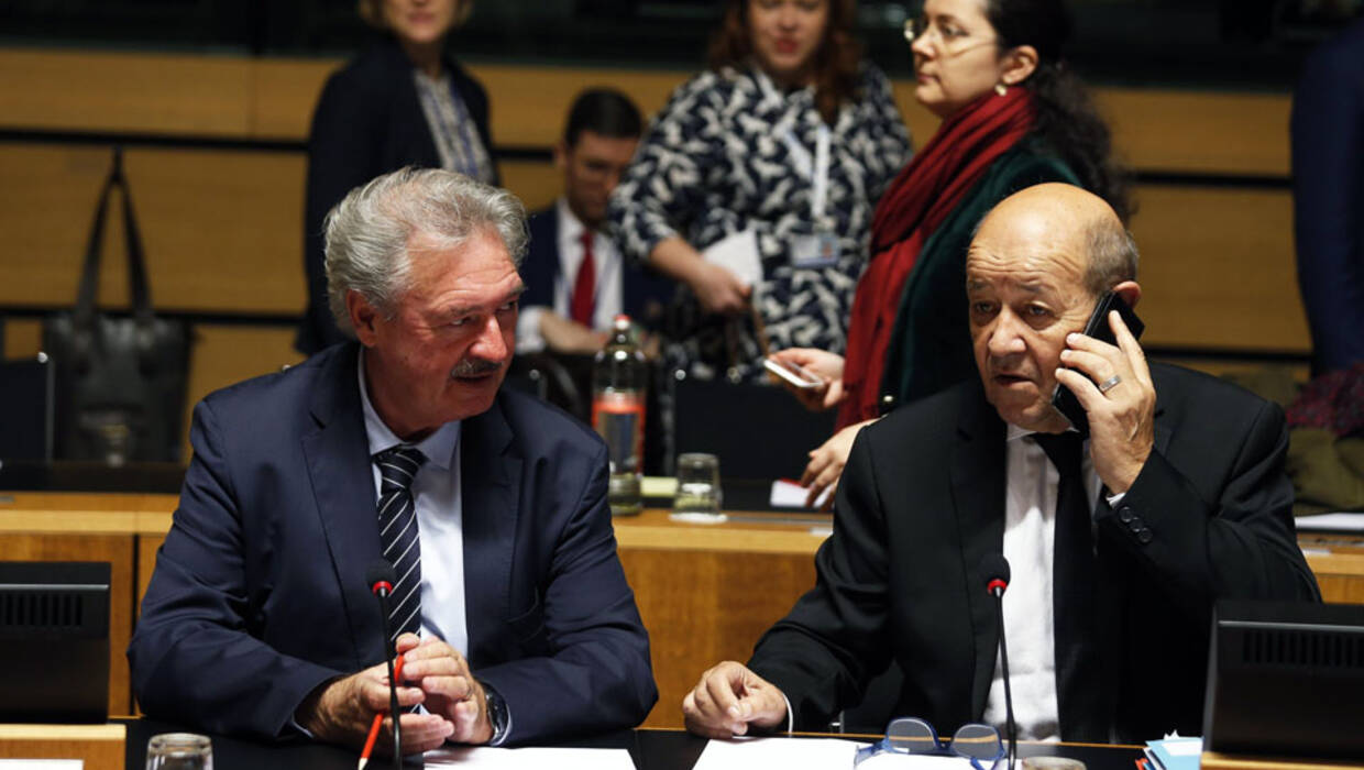 epa06268838 Luxembourg's Foreign minister Jean Asselborn (L) and French Foreign Minister Jean-Yves Le Drian (R) at the start of the Foreign Affairs council meeting in Luxembourg, 16 October 2017. Ministers will have a discussion on Iran and the Joint Comprehensive Plan of Action and will address the situation in the Korean peninsula, in view of the recent provocations of the Democratic People's Republic of Korea (DPRK).  EPA/JULIEN WARNAND  Dostawca: PAP/EPA. PAP/EPA © 2017 / JULIEN WARNAND