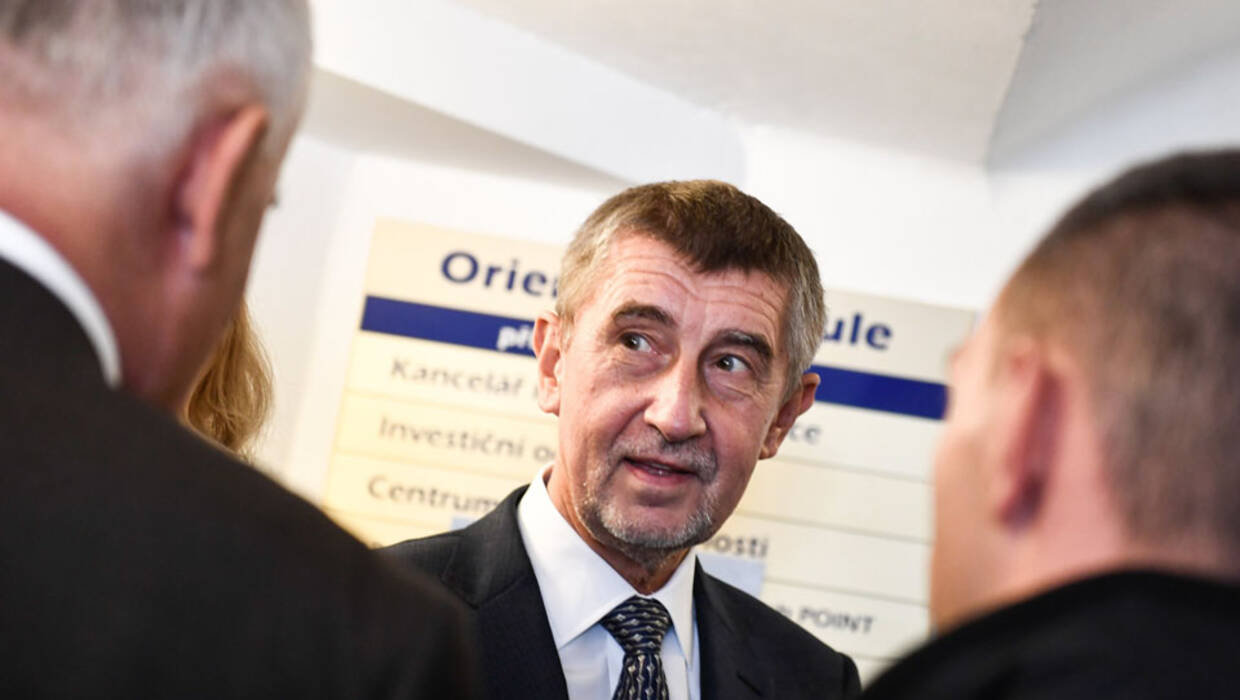 epa06278304 Andrej Babis, Slovak-born billionaire and leader of the ANO movement arrives at a polling station to cast his ballot during voting in the parliamentary elections in Prague, Czech Republic, 20 October 2017. The general elections in the Czech Republic will be held on 20 and 21 October 2017.  EPA/FILIP SINGER  Dostawca: PAP/EPA. PAP/EPA © 2017 / FILIP SINGER