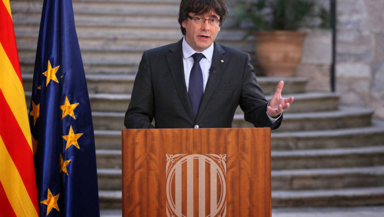 epa06294771 A handout photograph made available by the Generalitat of Catalonia shows dismissed President, Carles Puigdemont, delivering his speech after Spanish Government removed him from post on the previous day as part of the package of initiatives applied in observance to the Spanish Constitution's 155 Article, in Barcelona, northeastern Spain, 28 October 2017. Puigdemont said that he doesn't acknowledge his dismissal as Catalan President and asked Catalans to have 'patience, persistance and perspective' to 'defend the conquests achieved up to now'.  EPA/JORDI BEDMAR / GENERALITAT OF CATALONIA / HANDOUT  HANDOUT EDITORIAL USE ONLY/NO SALES  Dostawca: PAP/EPA. PAP/EPA © 2017 / JORDI BEDMAR / GENERALITAT OF CA