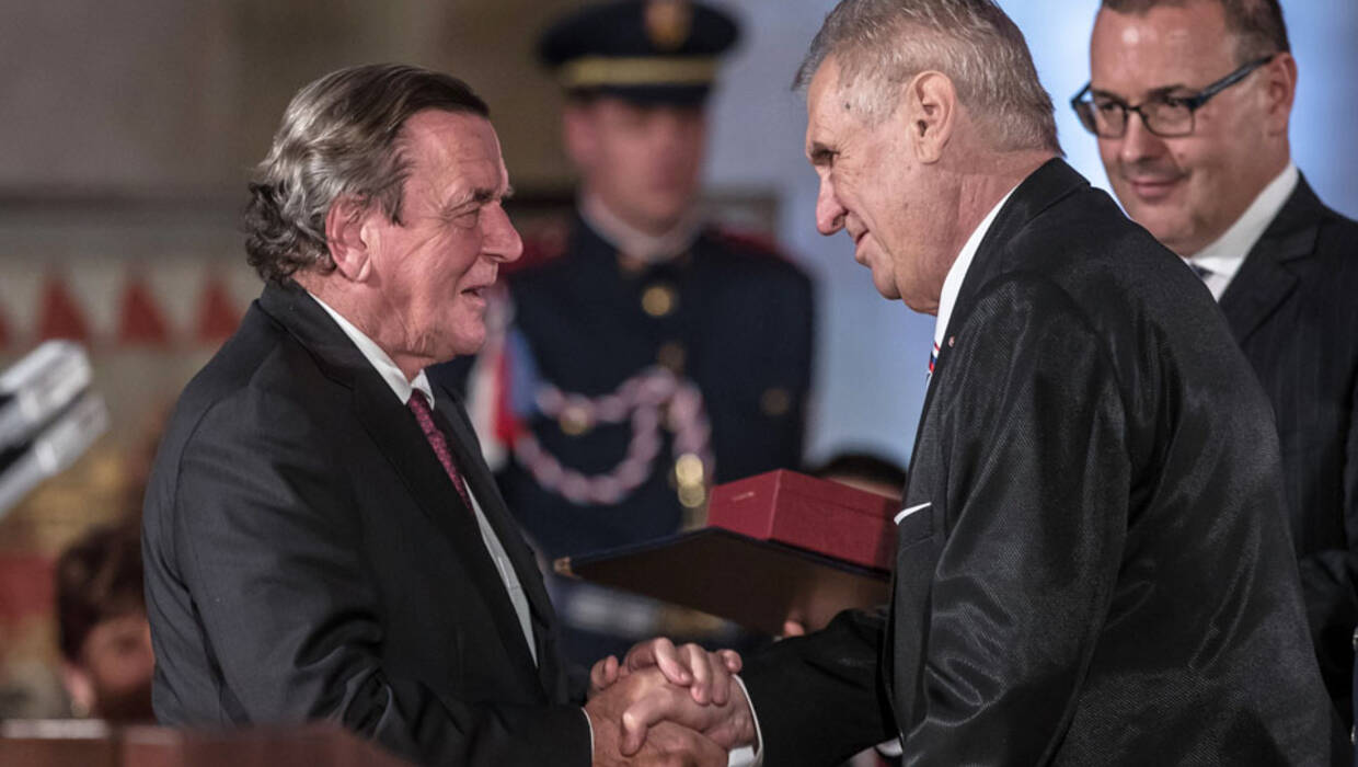 epa06295878 Former German Chancellor and chairman of Russia's oil producer Rosneft Gerhard Schroeder (L) receives the Order of the White Lion from Czech President Milos Zeman during awarding of state orders and medals at Prague Castle in Prague, Czech Republic, 28 October 2017. The Czech Republic is marking the 99th anniversary of the creation of an independent Czechoslovak nation in 1918.  EPA/MARTIN DIVISEK  Dostawca: PAP/EPA. PAP/EPA © 2017 / MARTIN DIVISEK