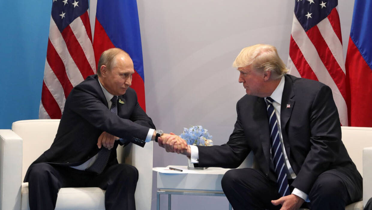 epa06073354 Russian President Vladimir Putin (L) and US President Donald J. Trump (R) shake hands during their meeting on the sidelines of the G20 summit in Hamburg, Germany, 07 July 2017. The G20 Summit (or G-20 or Group of Twenty) is an international forum for governments from 20 major economies. The summit is taking place in Hamburg from 07 to 08 July 2017.  EPA/MICHAEL KLIMENTYEV / SPUTNIK / KREMLIN POOL / POOL MANDATORY CREDIT  Dostawca: PAP/EPA. PAP/EPA © 2017 / MICHAEL KLIMENTYEV / SPUTNIK / K