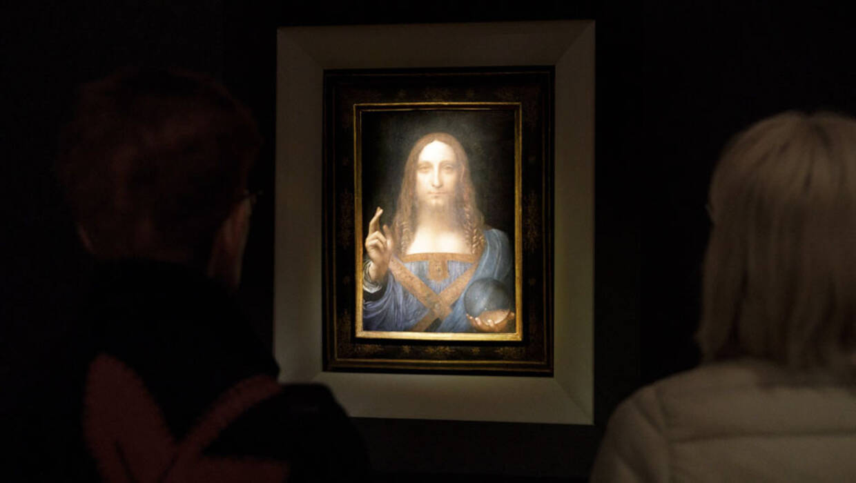 People look at the painting 'Salvator Mundi' by Leonardo da Vinci (circa 1500) during a public preview before an auctioning of the painting tonight at Christie's auction house in New York, New York, USA, 15 November 2017. The painting is reportedly one of only twenty paintings by Da Vinci and is expected to sell for at least 100 million USD.  EPA/JUSTIN LANE  Dostawca: PAP/EPA. PAP/EPA © 2017 / JUSTIN LANE