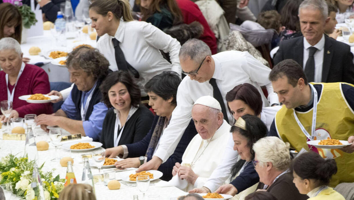epaselect epa06338485 Pope Francis (4-R seated) has lunch with the poor in the Nervi Hall at the Vatican, 19 November 2017. The Pontiff earlier the same day celebrated a mass on the occasion of the World Day of Poor at the Saint Peter's Basilica in Vatican City that was  followed by a lunch hosted by the Pope for more than thousand of homeless and unemployed people as well as migrants at the Vatican's audience hall.  EPA/CLAUDIO PERI  Dostawca: PAP/EPA. PAP/EPA © 2017 / CLAUDIO PERI