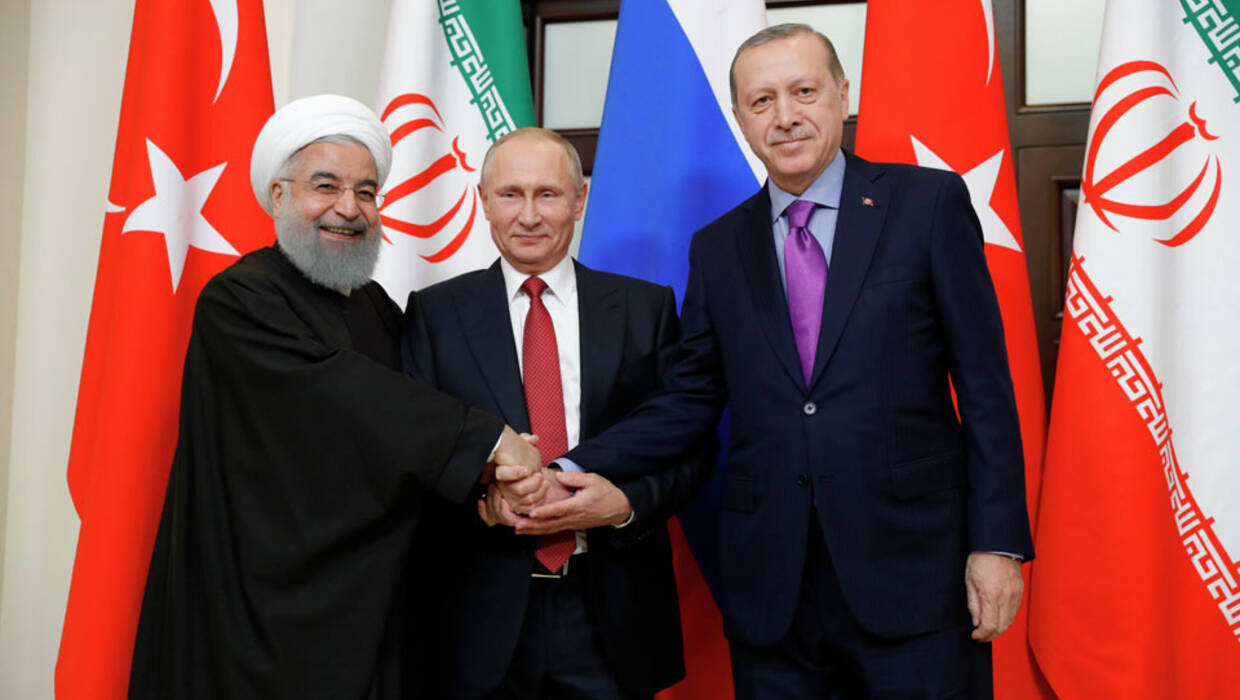 epa06344114 Russian President Vladimir Putin (C), Iranian President Hassan Rouhani (L) and Turkish President Recep Tayyip Erdogan (R) shake hands during their meeting in the Black sea resort of Sochi, Russia, 22 November 2017. Leaders of Russia, Turkey and Iran meet in Sochi to discuss settlement  of the situation in Syria.  EPA/MICHAEL KLIMENTYEV / SPUTNIK / KREMLIN POOL MANDATORY CREDIT  Dostawca: PAP/EPA. PAP/EPA © 2017 / MICHAEL KLIMENTYEV / SPUTNIK / K