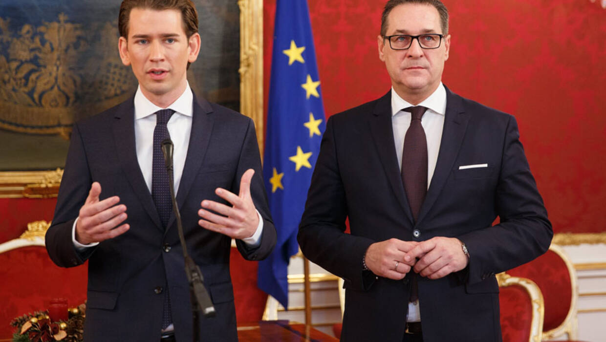 epa06392693 Austrian Peoples Party (OeVP) Sebastian Kurz (L) and leader of the right-wing Austrian Freedom Party (FPOe) Heinz-Christian Strache (R) during a press conference about the coalition government negotiations at Hofburg in Vienna, Austria, 16 December 2017. The OeVP and FPOe parties held coalition negotiations talks to form the next government after the general elections in October 2017.  EPA/FLORIAN WIESER  Dostawca: PAP/EPA. PAP/EPA © 2017 / FLORIAN WIESER