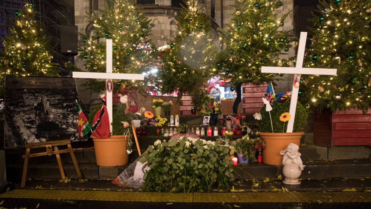 epa06354504 A general view of a memorial to the victims of the December 2016 terror attack on the opening day of Christmas market at Breitscheidplatz in Berlin, Germany 27 November 2017. On 21 December 2016 the square was the target of a terror attack in which 12 people lost their lives, when a truck driven by Anis Amri plowed through the Christmas market near the Kaiser-Wilhelm-Gedaechtniskirche (Kaiser Wilhelm Memorial Church).  EPA/HAYOUNG JEON  Dostawca: PAP/EPA. PAP/EPA © 2017 / HAYOUNG JEON