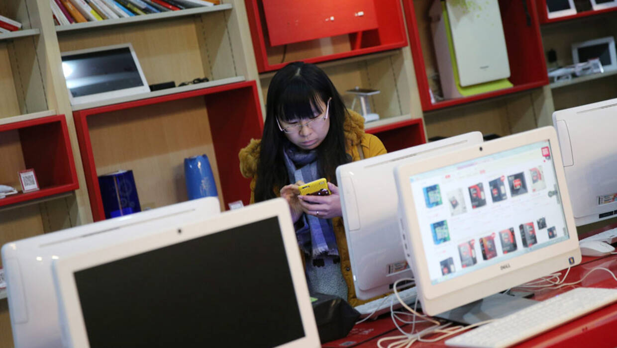 epa05020466 A consumer views online shopping websites at a store of JD.com online shopping website in an university in Beijing city, China, 11 November 2015. Chinese internet giant Alibaba made 5 billion dollars in the first 90 minutes of the country's 'Singles Day' online shopping binge on 11 November, defying fears of an economic slowdown in the world's second-largest economy. Alibaba rival and China's largest online direct sales company, JD.com, said on 11 November that its website had clocked up 10 million orders by 10 am (0200 GMT), which is up 180 per cent from the site's total number of orders on Singles Day last year.  EPA/WU HONG  Dostawca: PAP/EPA. PAP/EPA © 2017 / WU HONG