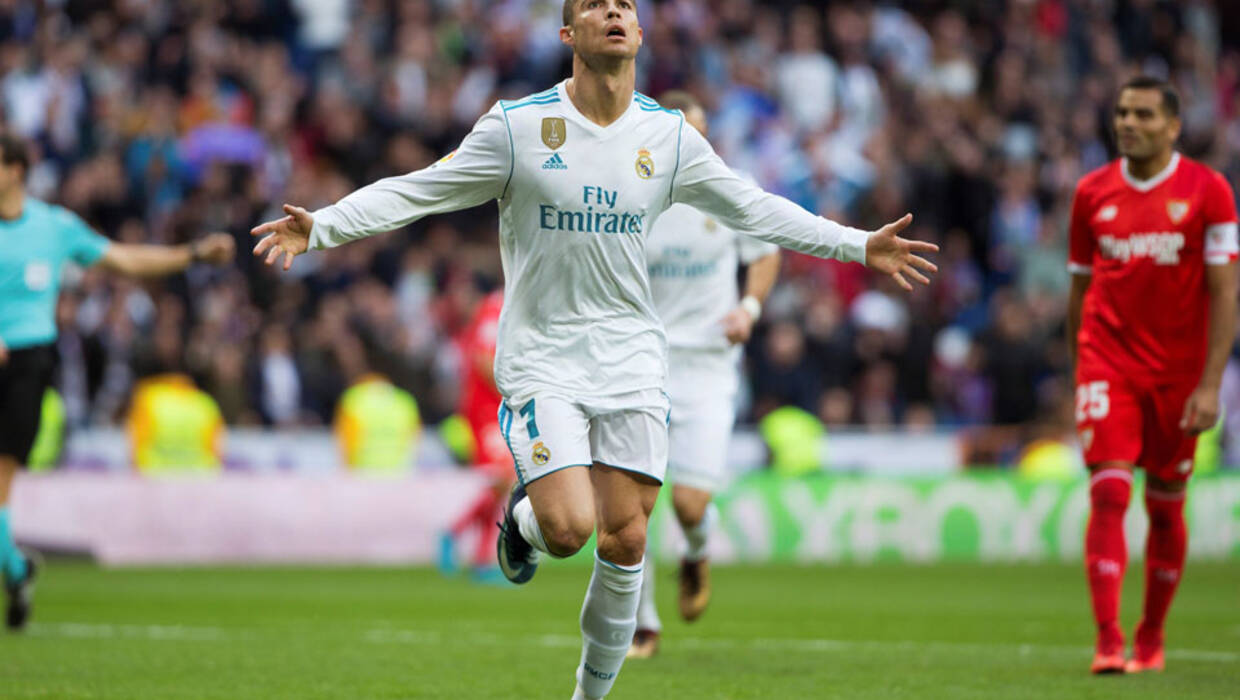 0c7895ee3 epa06379277 Real Madrid's Portuguese forward Cristiano Ronaldo (C)  celebrates after scoring against Sevilla during