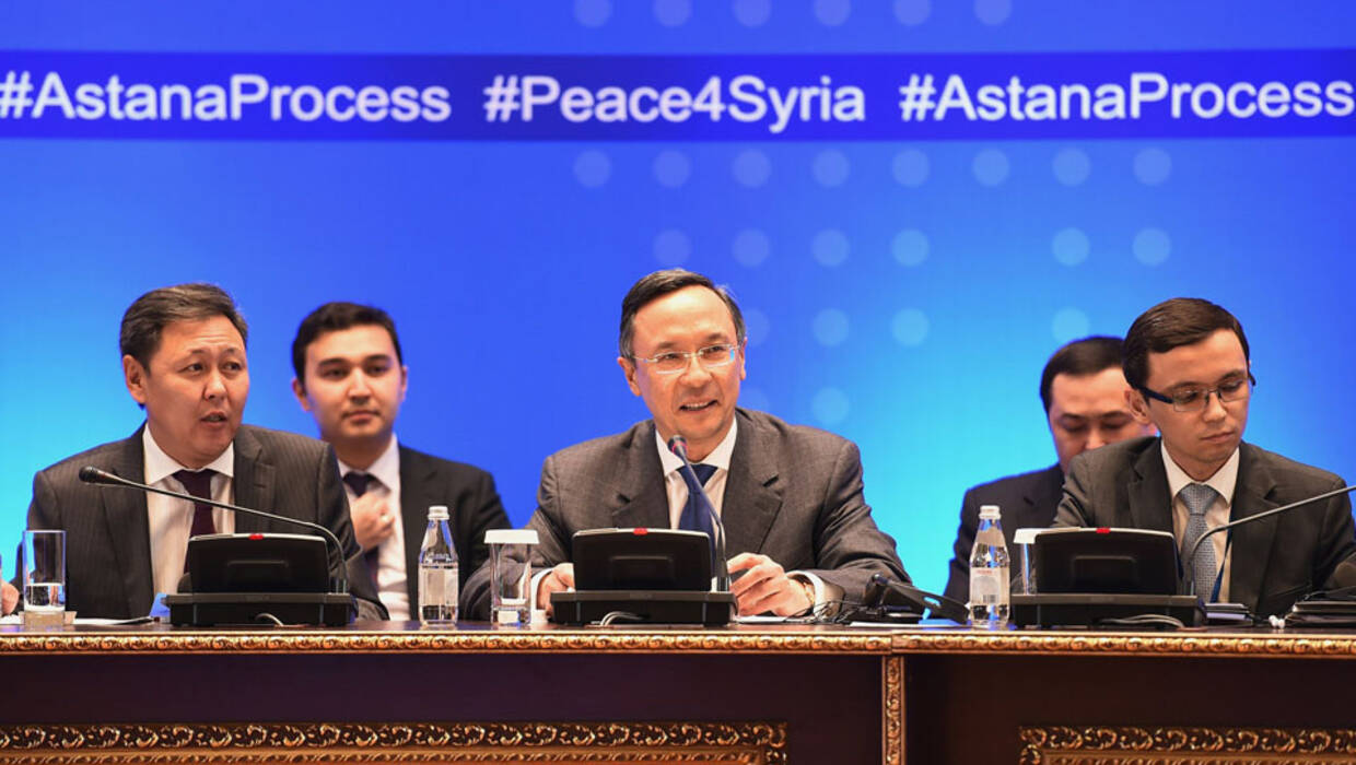 epa06300406 Kazakh Foreign Minister Kairat Abdrakhmanov (C) opens the seventh round of talks on the Syrian conflict settlement in Astana, Kazakhstan, 31 October 2017. A new round of talks on the Syria conflict settlement is backed by Russia, Turkey, and Iran.  EPA/ILYAS OMAROV  Dostawca: PAP/EPA. PAP/EPA © 2017 / ILYAS OMAROV