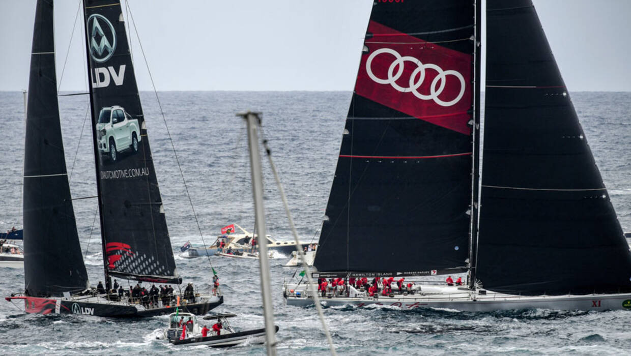 epa06405939 LDV Comanche (left) and Wild Oats XI narrowly miss each other as they tack outside the heads at the start of the 73rd annual Sydney to Hobart yacht race in Sydney, Australia, 26 December 2017. The annual event, starting in Sydney on Boxing Day, will end in Hobart, Tasmania, covering a distance of approximately 630 nautical miles (1,170 km).  EPA/BRENDAN ESPOSITO  AUSTRALIA AND NEW ZEALAND OUT  Dostawca: PAP/EPA. PAP/EPA © 2017 / BRENDAN ESPOSITO
