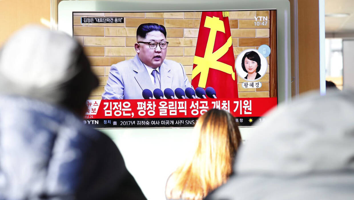 epaselect epa06412016 South Korean people watch a TV news broadcast reporting on North Korean leader Kim Jong-Un's New Year's address, at a station in Seoul, South Korea, 01 January 2018. In a televised New Year's speech, the North Korean leader commented on the North's nuclear progress, media reported.  EPA/JEON HEON-KYUN  Dostawca: PAP/EPA. PAP/EPA © 2018 / JEON HEON-KYUN