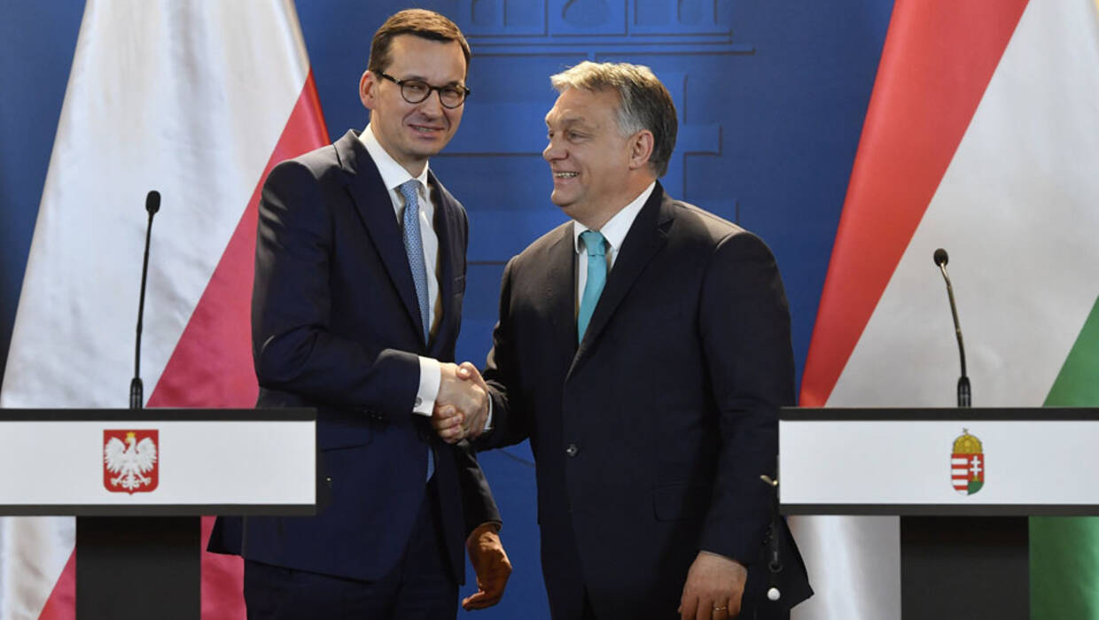 epa06414772 New Polish Prime Minister Mateusz Morawiecki (L) shakes hands with his Hungarian counterpart Viktor Orban during their joint press conference following their talks in the Parliament building in Budapest 03 January 2018. Mateusz Morawiecki  is on an official visit to Hungary.  EPA/Tibor Illyes HUNGARY OUT  Dostawca: PAP/EPA. PAP/EPA © 2018 / Tibor Illyes