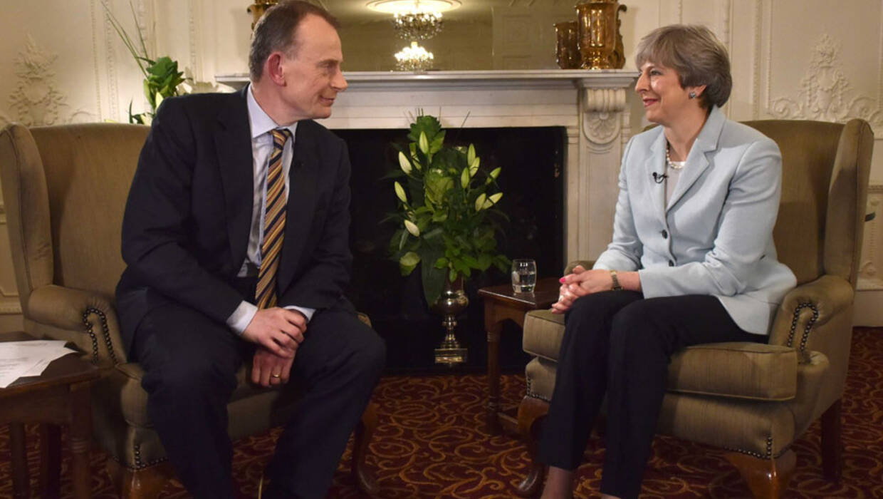 epa06422104 A handout photo made available by the British Broadcasting Company (BBC) shows  Britain's Prime Minister Theresa May (R) being interviewed by Andrew Marr (L) on the BBC's Andrew Marr Show at her constituency home in Maidenhead, Britain, 06 January 2018 (issued 07 January 2018). The interview was broadcast on 07 January 2018. The Prime Minister is expected to re-shuffle her cabinet.  EPA/JEFF OVERS/BBC HANDOUT NOTE TO EDITORS: Not for use more than 21 days after issue. You may use this picture without charge only for the purpose of publicising or reporting on current BBC programming, personnel or other BBC output or activity within 21 days of issue. Any use after that time MUST be cleared through BBC Picture Publicity. Please credit the image to the BBC and any named photographer or independent programme maker, as described in the caption. HANDOUT EDITORIAL USE ONLY/NO SALES  Dostawca: PAP/EPA. PAP/EPA © 2018 / JEFF OVERS/BBC HANDOUT