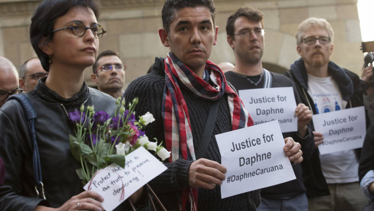 epa06273953 European journalists joined by EU commissioner during a silent vigil in memory of Maltese journalist Daphne  Caruana Galizia in Brussels Belgium, 18 October 2017. Daphne Caruana Galizia, 53, was killed in a car bombing near Mosta , Malta on 16 October . She was known for her blog accusing top politicians of corruption.  EPA/OLIVIER HOSLET  Dostawca: PAP/EPA. PAP/EPA © 2018 / OLIVIER HOSLET