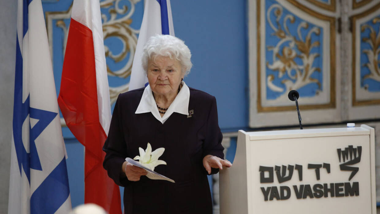 epa06485476 Alicja Mularska (C) , the daughter of the late Jan Dziadosz and Sabina Perzyna of Poland honored on behalf on her parents with Medal of Righteous Among the Nations by Yad Vashem Institution  at the synagogue of Yad Vashem Holocaust memorial museum in Jerusalem, Israel . 30 January 2018 . during a ceremony honoring her parents who agreed to hide two Jewish friends of the family , Felek (William) Toytman and Albert Spivak from the German Nazis during World War II.  EPA/ABIR SULTAN  Dostawca: PAP/EPA. PAP/EPA © 2018 / ABIR SULTAN