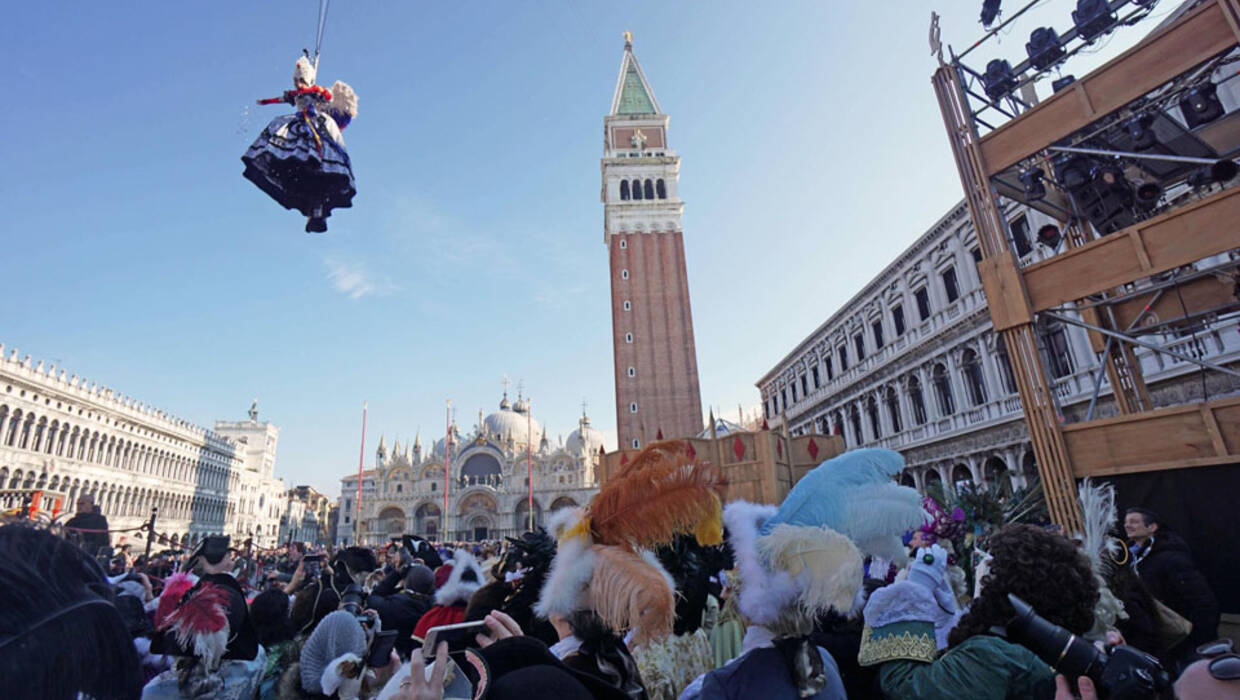 epaselect epa06495630 Elisa Costantini, the winner of the 'Festa delle Marie' (Marie contest), descends on a zip line from the Campanile (Bell Tower) into the Piazza San Marco (St Mark's Square) during the traditional 'Volo dell'Angelo' (lit.: Flight of the Angel) event that marks the official opening of the celebrations of the Venice Carnival at St. Mark's Square, in Venice, Italy, 04 February 2018. The carnival season in the historical lagoon city attracts revellers from around the world every year.  EPA/ANDREA MEROLA  Dostawca: PAP/EPA. PAP/EPA © 2018 / ANDREA MEROLA