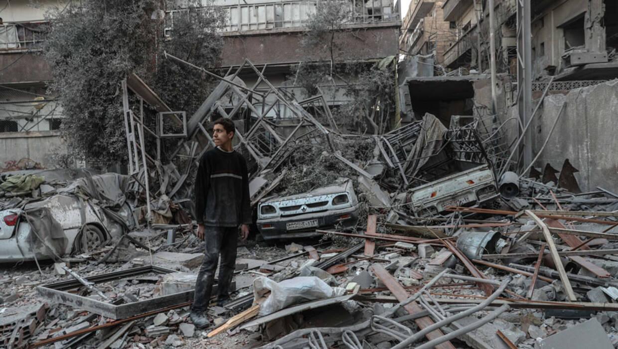 epa06506539 A boy inspects the rubble, next to civilians buildings shelled in Douma, eastern Ghouta, Syria, 07 February 2018 (issued 09 February 2018). At least 12 people were killed in the day after shellings carried out by forces loyal to Syrian goverment in Douma and at least 36 people were killed in the whole Eastern al-Ghouta cities. About 400,000 people have been trapped in Eastern Ghouta, which has been under siege by the forces loyal to Syrian President Bashar al-Assad for over four years, according to UN figures.  EPA/MOHAMMED BADRA  Dostawca: PAP/EPA. PAP/EPA © 2018 / MOHAMMED BADRA
