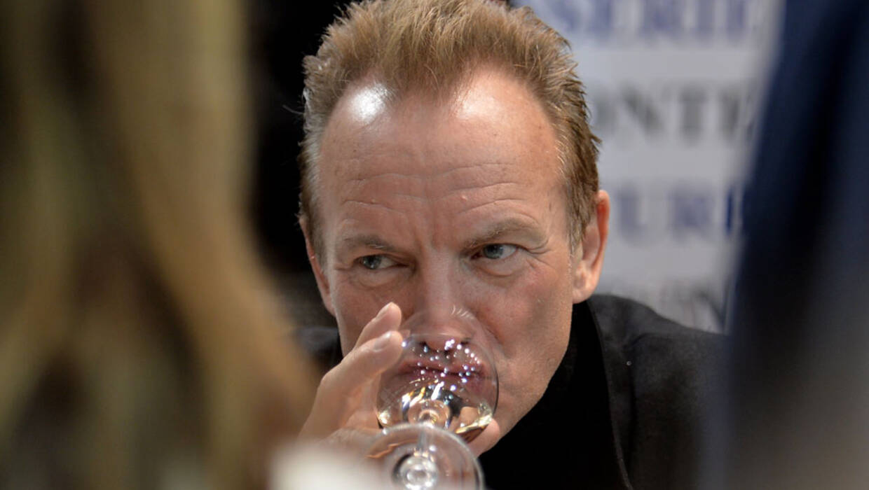epa05858202 British singer Sting tastes wine the international wine exhibition 'ProWein' in Duesseldorf, Germany, 19 March 2017. The ProWein takes place between 19 and 21 March 2017 in Duesseldorf and presents latest trends of more than 6,000 exhibitors from over 50 nations.  EPA/SASCHA STEINBACH  Dostawca: PAP/EPA. PAP/EPA © 2018 / SASCHA STEINBACH