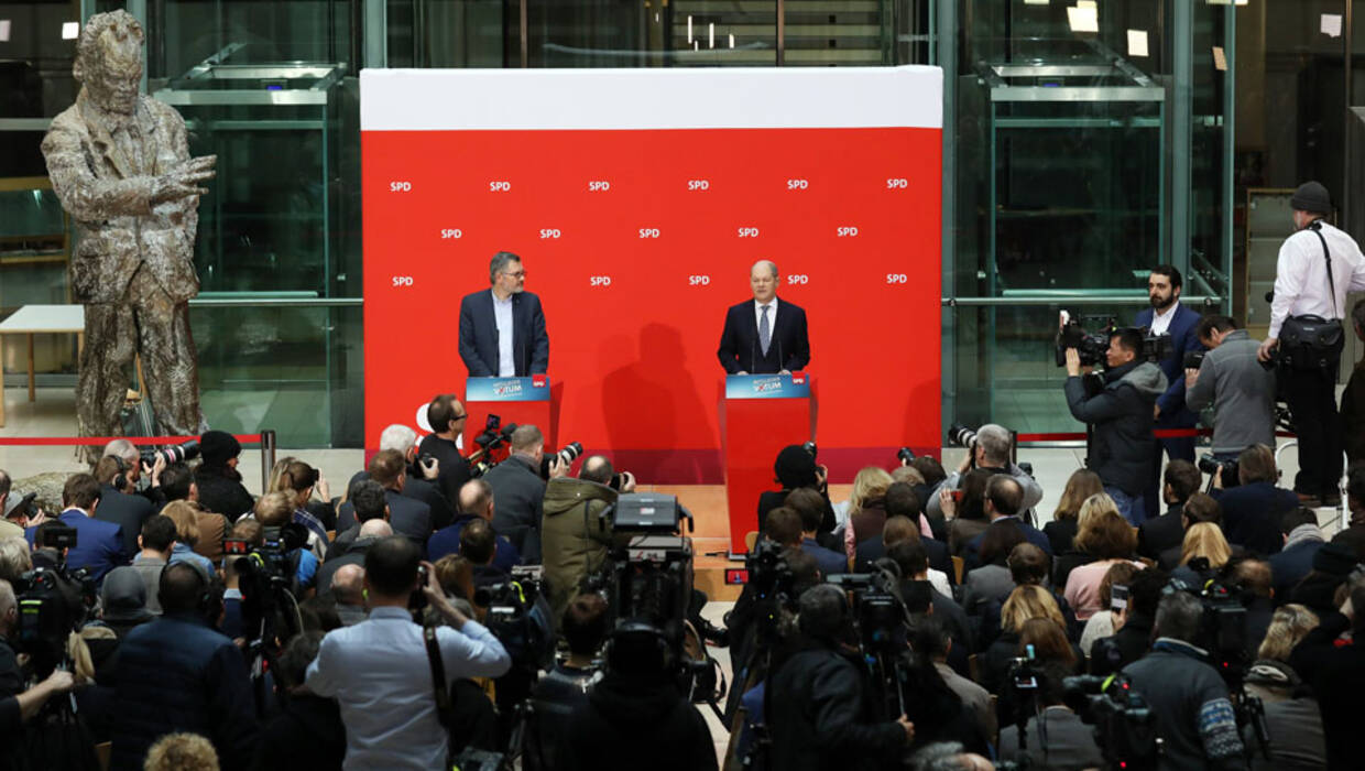 Dietmar Nietan (C-L), Federal treasurer of Germany's Social Democratic Party (SPD), and Olaf Scholz (C-R), First Mayor of Hamburg and Acting Leader of the SPD, present the result of the members voting on the coalition agreement with the Christian Democratic Union (CDU) and Christian Social Union (CSU) at the SPD headquarters Willy-Brandt-Haus in Berlin, Germany, 04 March 2018. About 66 per cent of some 363,000 valid members votes of the SPD agreed on the coalition with the CDU and CSU. Fot. PAP/EPA/FELIPE TRUEBA