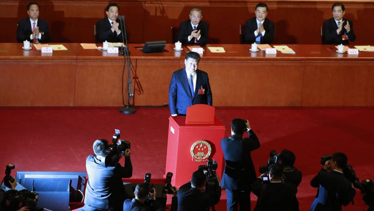 epa06595591 Chinese President Xi Jinping (C) casts his vote during the third plenary session of the first session of the 13th National People's Congress at the Great Hall of the People in Beijing, China, 11 March 2018. Delegates of the NPC will vote on the amendments to the constitution on 11 March including the abolishing of the current presidential term limits. The NPC has over 3,000 delegates and is the world's largest parliament or legislative assembly though its function is largely as a formal seal of approval for the policies fixed by the leaders of the Chinese Communist Party. The NPC runs alongside the annual plenary meetings of the Chinese People's Political Consultative Conference (CPPCC), together known as 'Lianghui' or 'Two Meetings'.  EPA/HOW HWEE YOUNG  Dostawca: PAP/EPA. PAP/EPA © 2018 / HOW HWEE YOUNG