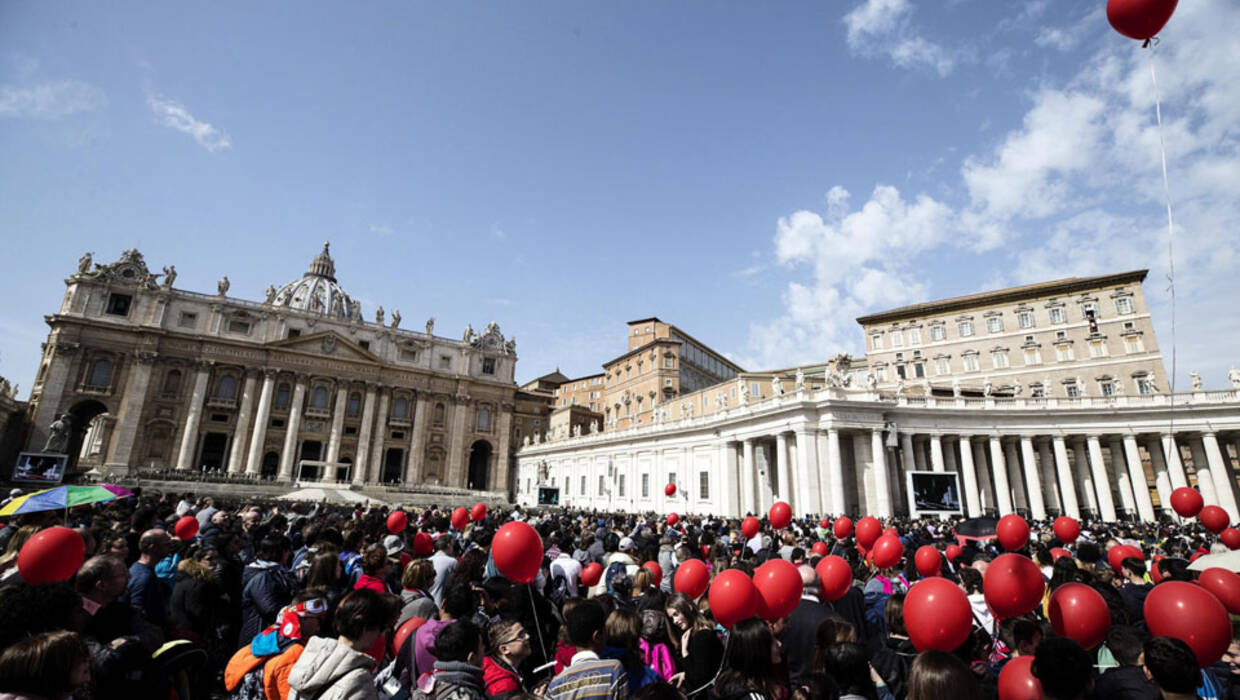 epa06595874 Faithful hold balloons during Pope Francis' Angelus, traditional Sunday's prayer, in St. Peter's Square, Vatican City, 11 March 2018.  EPA/ANGELO CARCONI  Dostawca: PAP/EPA. PAP/EPA © 2018 / ANGELO CARCONI