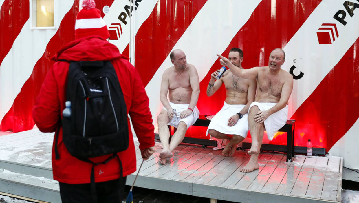 epa05827490 Finnish men have a drink outside a sauna container and talk to a spectator at the FIS Nordic World Ski Championships in Lahti, Finland, 03 March 2017.  EPA/PETER KLAUNZER  Dostawca: PAP/EPA. PAP/EPA © 2018 / PETER KLAUNZER