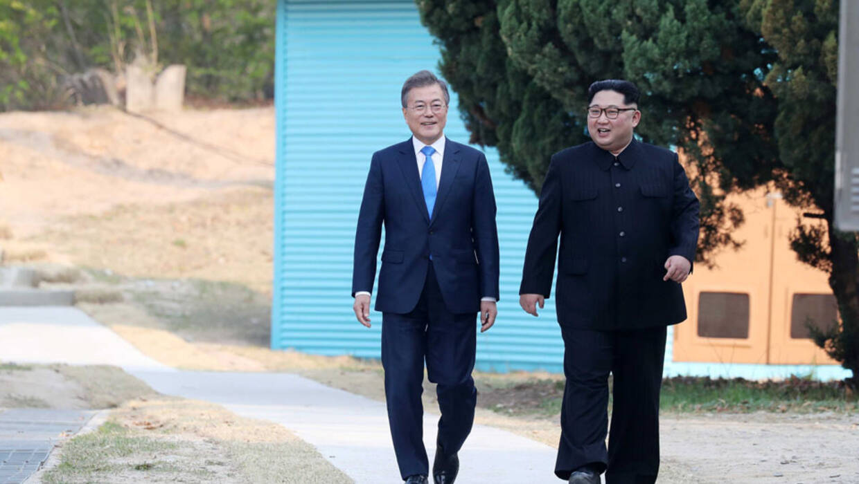 epa06696678 North Korean leader Kim Jong-Un (R) talks with South Korean President Moon Jae-In (L) at the Joint Security Area (JSA) on the Demilitarized Zone (DMZ) in the border village of Panmunjom in Paju, South Korea, 27 April 2018. South Korean President Moon Jae-in and North Korean leader Kim Jong-un are meeting at the Peace House in Panmunjom for an inter-Korean summit. The event marks the first time a North Korean leader has crossed the border into South Korea sine the end of hostilities during the Korean War.  EPA/KOREA SUMMIT PRESS / POOL  Dostawca: PAP/EPA. Archiwum PAP/EPA © 2018 / KOREA SUMMIT PRESS / POOL