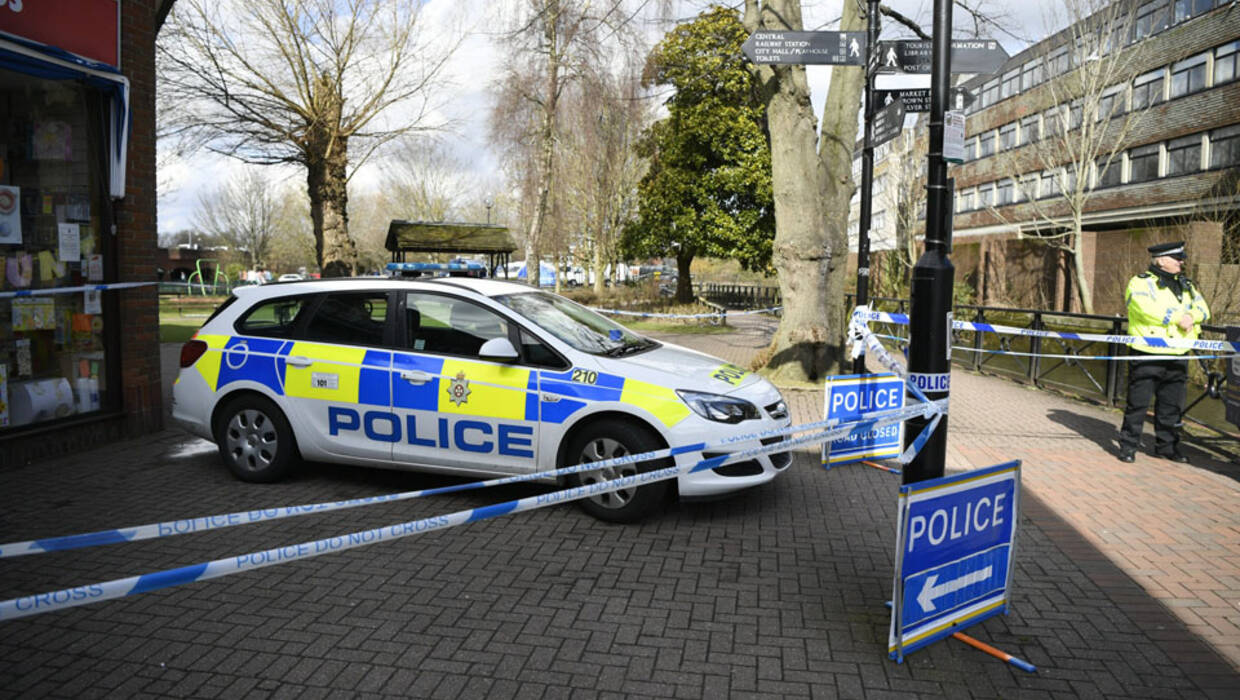 Police stand behind a cordon in Salisbury, Britain, 06 March 2018. Former Russian spy Sergei Skripal is in intensive care after being exposed to a substance as he sat on a bench in the centre of Salisbury. Skripal, a former Russian intelligence officer, who had been sentenced to 13 years in prison on charges of spying for the the United Kingdom and later in 2010 was exchanged in a spy swap, along with a woman were found unconscious on a bench in Salisbury. Police sealed the bench and closed a restaurant, in which he was seen eating before.  EPA/NEIL HALL  Dostawca: PAP/EPA. PAP/EPA © 2018 / NEIL HALL