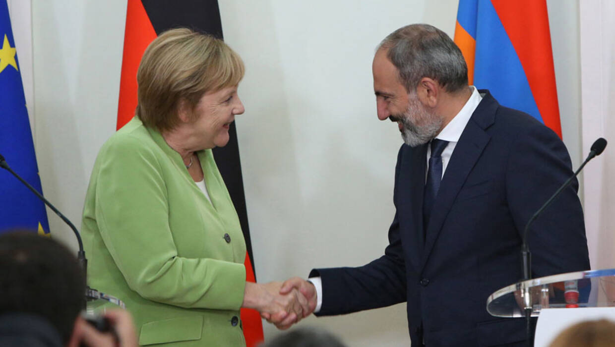 Armenian Prime Minister Nikol Pashinyan (R) shakes hands with German Chancellor Angela Merkel (L) during their joint news conference following their talks in Yerevan, Armenia, 24 August 2018.  Fot. PAP/EPA © 2018 / VAHRAM BAGHDASARYAN