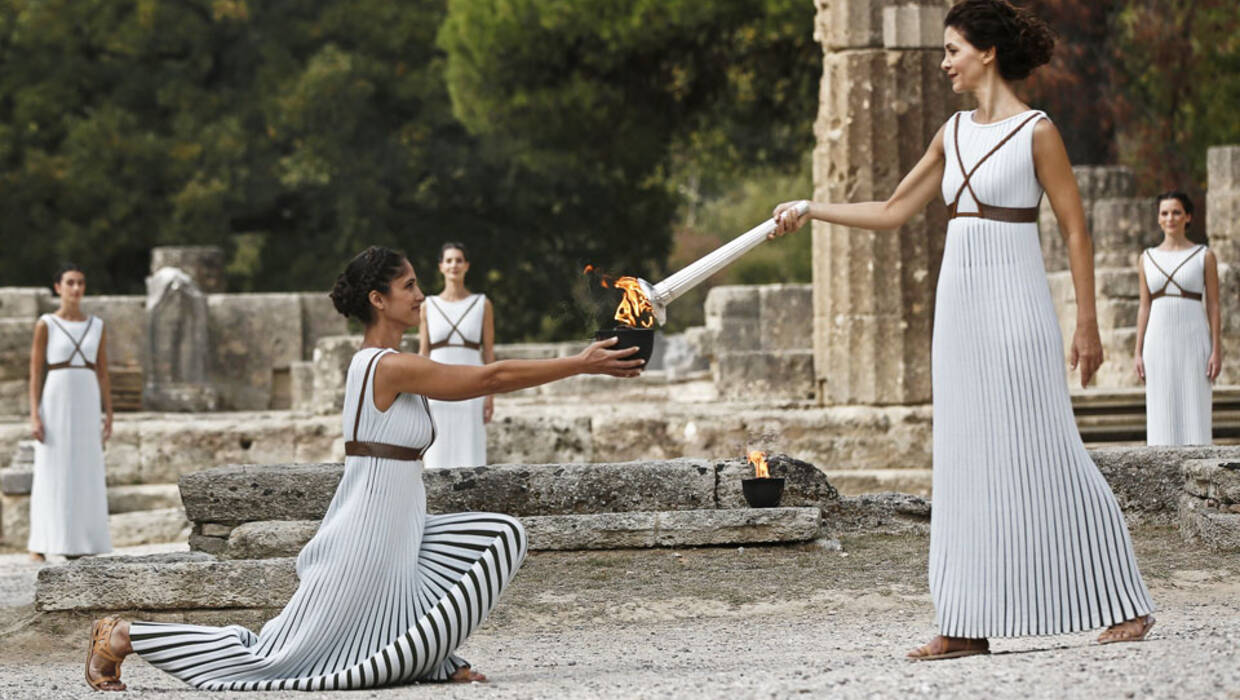 epaselect epa06283881 Greek actress Katerina Lechou (R), in the role of the High Priestess, lights the torch of the Olympic Flame during the rehearsal of the Lighting Ceremony of the Olympic Flame for the PyeongChang 2018 Winter Olympic Games in front of the Hera Temple in Ancient Olympia, Greece, 23 October 2017. The flame will make a 2,018km journey through South Korea starting on 01 November 2017. The PyeongChang 2018 Winter Olympics will be held from 09 until 25 February 2018. EPA/YANNIS KOLESIDIS Dostawca: PAP/EPA. Archiwum PAP/EPA © 2017 / YANNIS KOLESIDIS
